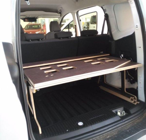 Mueble cama Ford Courier plegado en maletero.