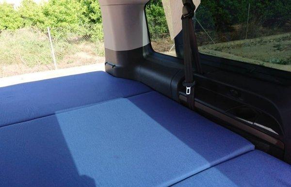 Colchon, foto interior de una Toyota Proace Verso larga. Cama plegable para furgoneta.