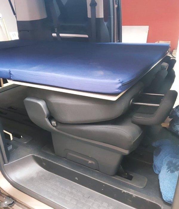 Colchón sobre estructura en una Peugeot Traveller. Camas para furgonetas.