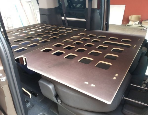 Somier Peugeot Traveller, vista interior lateral. Muebles para furgonetas camper.
